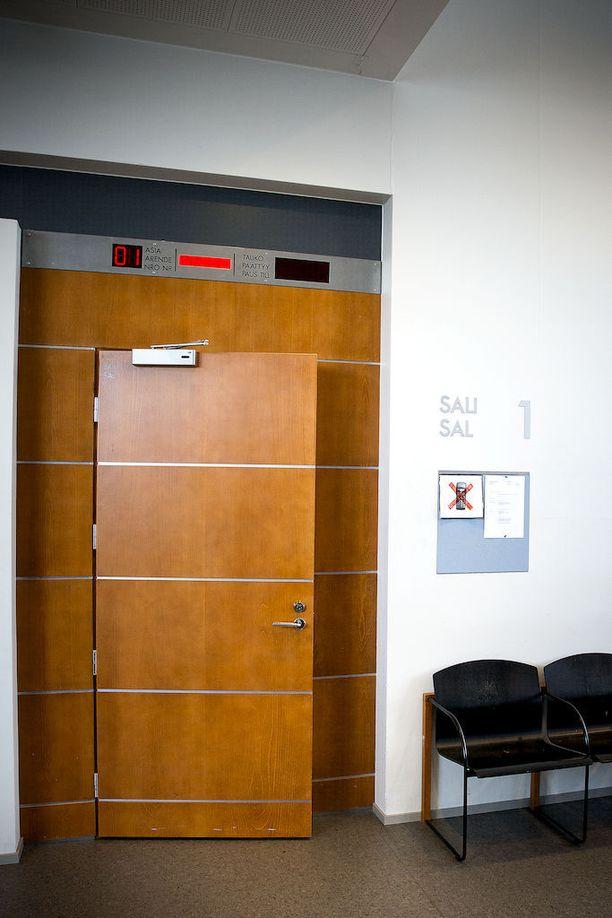 Opettaja ja (entinen) oppilas solmivat sovinnon vähän ennen hovioikeuden istuntoa. Arkistokuva Vaasan hovioikeuden istuntosalin ovesta.