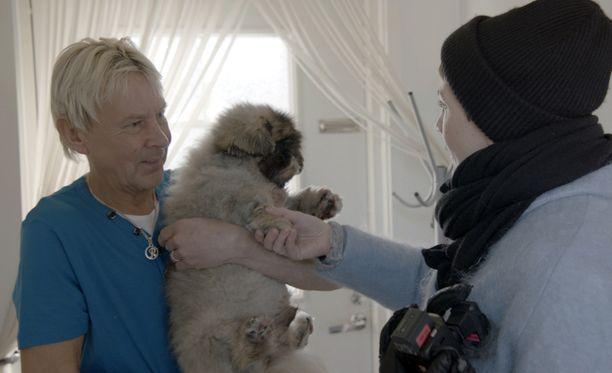 Matti esittelee perheen koiraa Maria Veitolalle.