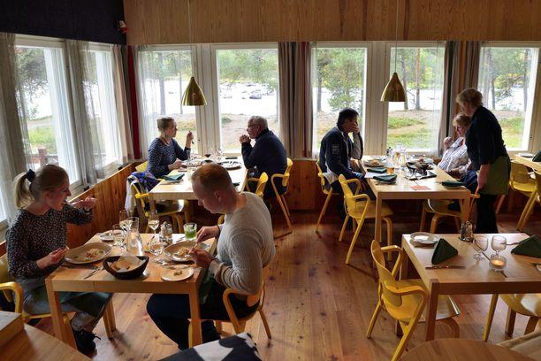 Baarin puolen ravintolasalissa Ilmari Tapiovaaran Aslak-tuolit on maalattu inarinsaamelaisten kansallispuvun päävärillä eli keltaisella. Myös tyynyissä ja tekstiileissä on käytetty kansallispuvun värejä.
