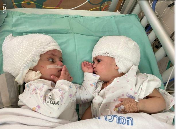 Vastikään vuoden täyttäneet kaksostytöt pääsivät sunnuntaina katsomaan toisiaan silmiin.