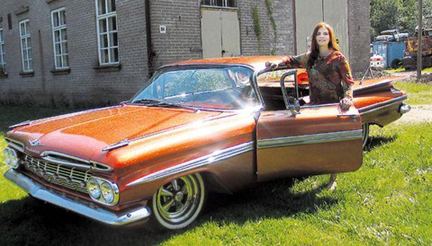 IHAILTU. Missä tahansa liikkuukin, saa Riikka Malkin Impala aina osakseen ihailevia katseita. Karamellimäinen oranssi väri ja hilemäinen lakka päällä saavat auton hohtamaan kesäauringossa upeasti. 4-litrainen V8-moottori sopii letkeään ajeluun