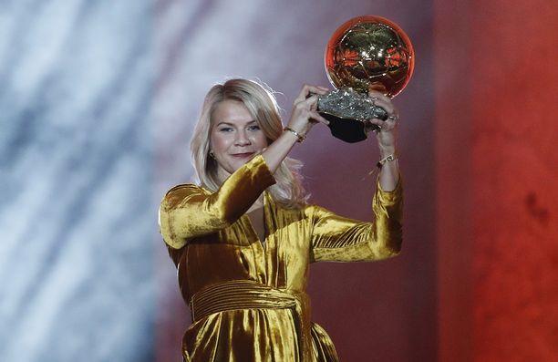 Ada Hegerberg palkittiin ensimmäisenä naisfutarina Kultaisella pallolla.