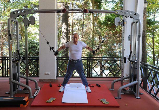 Vladimir Putin esitteli fyysisiä voimiaan Kremlin julkaisemalla videolla.