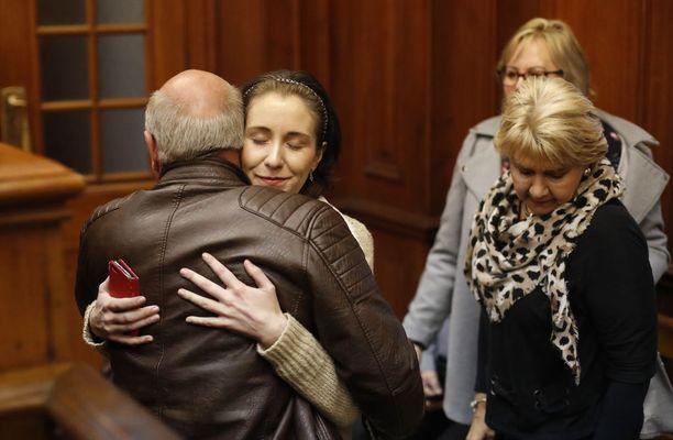 Tekijän uusi tyttöystävä Danielle Janse Van Rensburg halasi perheenjäseniä tuomionluvussa. Pariskunta alkoi seurustella vasta murhien jälkeen.