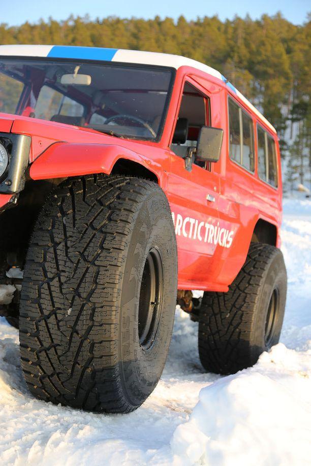 Järeillä leveillä renkailla ei saisi ajaa Suomen.