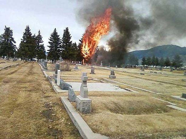 Kone syöksyi hautausmaalle Butten lentokentän eteläpuolelle.