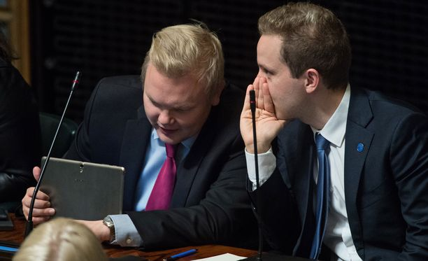 Kansanedustaja Petri Honkonen (oikealla) ihmettelee ministeriön linjausta. Kuvassa eduskunnan täysistunnossa kansanedustaja Antti Kurvisen kanssa.