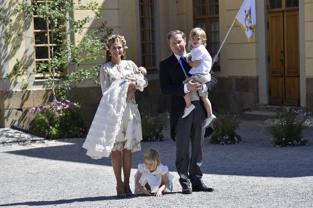 Onnellinen perhepotretti prinsessa Adriennen kastejuhlasta. Leonore ei vaikuta piittaavan kameroista.
