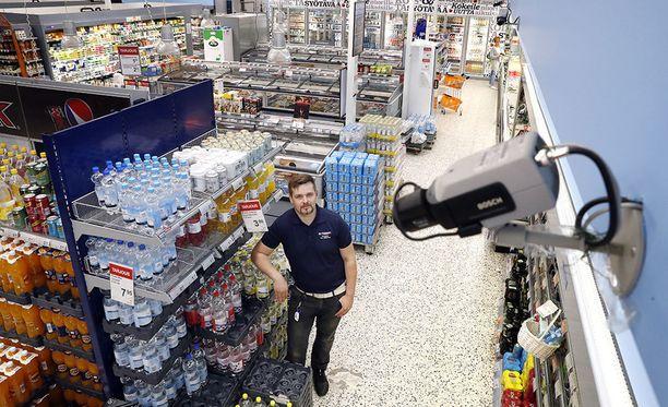 K-kauppias Jaro Salkoharju vie kaikki myymälävarkaudet käräjille. - Ennen vietiin 1-2 tölkkiä kaljaa. Nyt painellaan ulos reppu täynnä tavaraa, Salkoharju kuvailee tilannetta, joka kaupoissa on yleistynyt sen jälkeen, kun muuntorangaistus on poistettu.