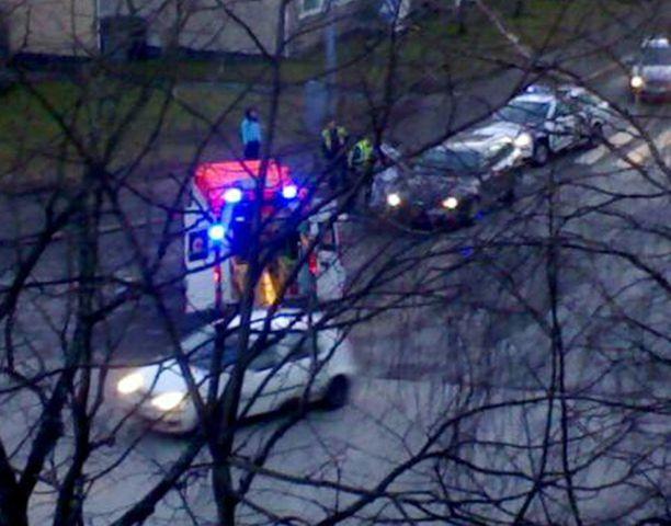 Henkilöauto törmäsi jalankulkijaan Helsingissä.