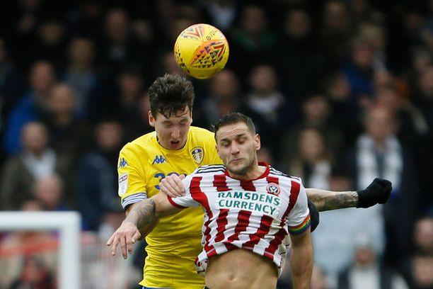 Leedsin Aapo Halme vie Sheffield Unitedin Billy Sharpilta pääpallon.