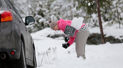 Autoon kannattaa varata talvella lumilapio, ettei jää jumiin lumivallehin.