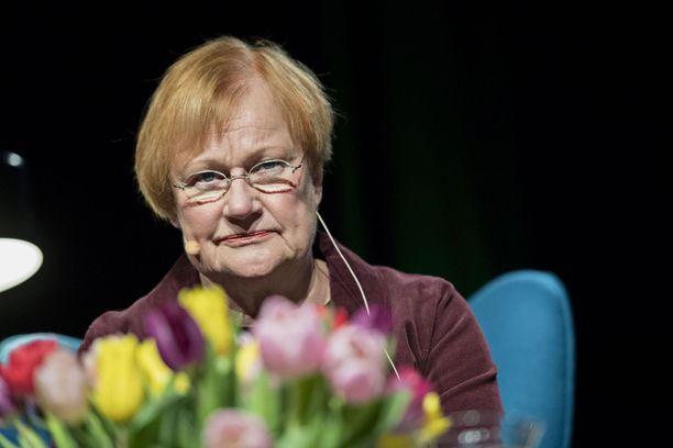 Tarja Halonen (sd) myönsi Veijo Baltzarille kulttuurineuvoksen arvonimen vuonna 2011.