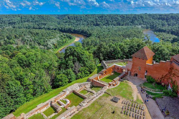 Gaujan kansallispuistosta löytyy Turaidan rauniolinna.