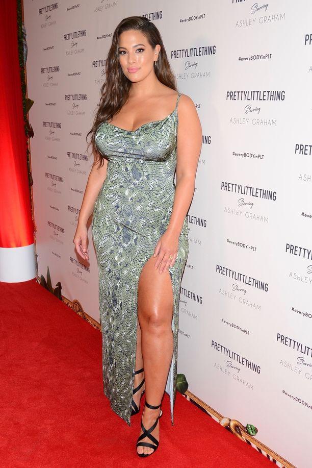 Seksikäs pukeutuminen kuuluu kaikille kokoon katsomatta, ja malli Ashley Graham on tämän sanoman kiivaimpia sanansaattajia. Kuvassa Ashley poseeraa nuorten naisten suosikkimerkin, seksikkäästä tyylistä tunnetun Pretty Little Thingin tilaisuuden punaisella matolla.