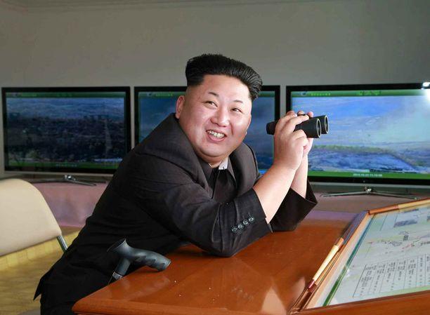 Kim Jong-un on esiintynyt paluunsa jälkeen julkisuudessa kävelykepin kanssa.