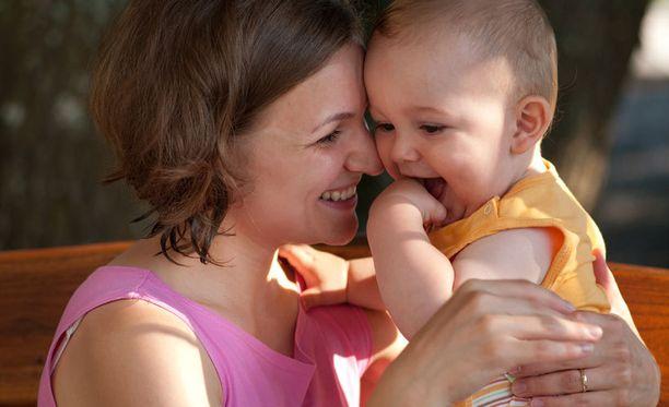 Äidin matala koulutustaso ja työttömyys ennen lapsen syntymää ennustavat pitkää hoitovapaata.