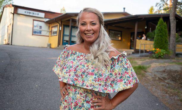 Tanssilavoilla Johanna on kuin kotonaan, sillä hän on kiertänyt niitä toista kymmentä vuotta ja sen myötä niin tanssijoista, kuin järjestäjistä on tullut hänen kavereita.