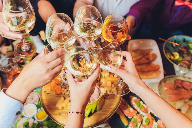 Lasillinen viiniä ruoan kanssa ei välttämättä sotke dieettiä.