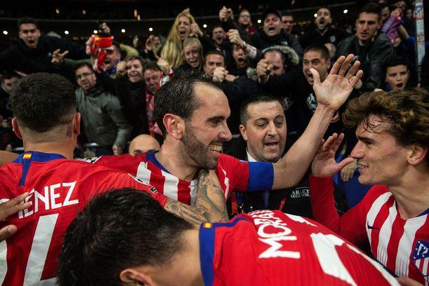 Atlético juhli Diego Godínin (kesk.) 2–0-osumaa.