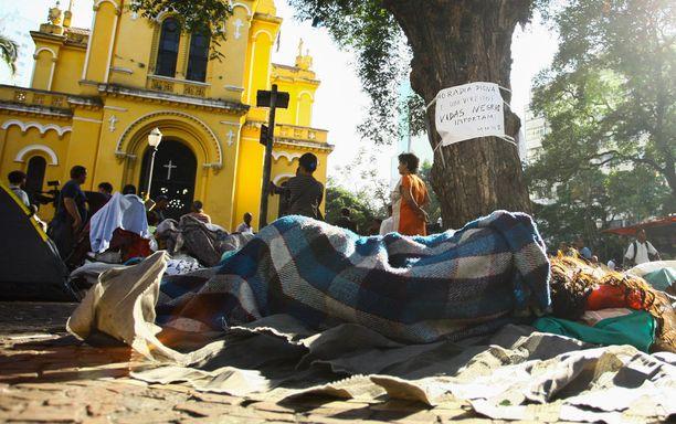 Talossa majailleista ihmisistä suuri osa joutui leiriytymään kadulle.