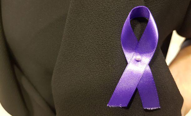 Perheellä ja asianajajalla sekä Ison-Britannian lähetystön edustajalla on surunauhat surmatun naisen muistoksi.