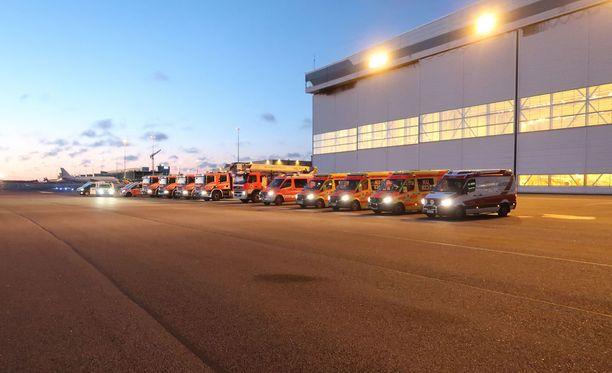 Suuri joukko pelastusajoneuvoja oli valmiudessa Helsinki-Vantaalla juhannusyönä.