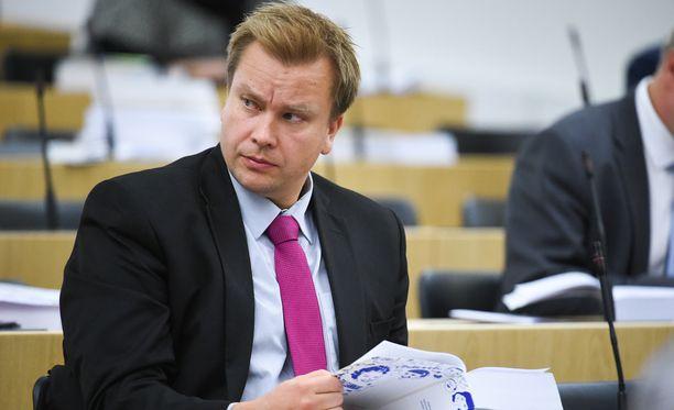 Keskustan eduskuntaryhmän puheenjohtajan Antti Kaikkosen mukaan pienituloisimpien eläkeläisten lisäksi on myös muita taloudellisesti hyvin ahtaalla olevia väestöryhmiä, joita on jatkossa huomioitava.