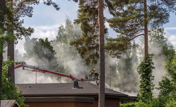 Tulipalo levitti sankkaa savua ympäriinsä.