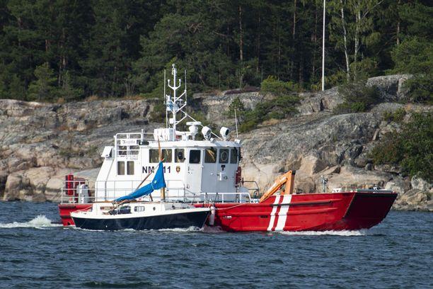 Moottorivene ja purjevene törmäsivät Airistolla 3. elokuuta 2019. Onnettomuusveneet hinattiin Nauvon merivartioasemalle Pärnäisiin.