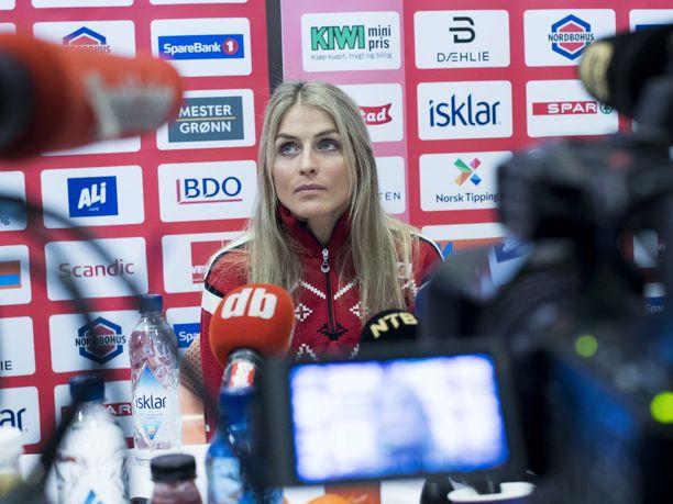 Therese Johaug oli keskiviikkona suuren mediahuomion keskipisteessä. Norjalaistähti palaa perjantaina kilpaladuille pitkän poissaolon jälkeen.