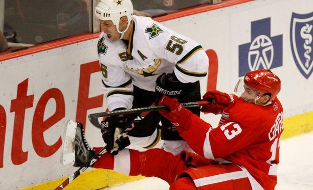 Sergei Zubov teki pitkän NHL-uran. Kuvassa kyytiä saa maanmies Pavel Datsjuk.