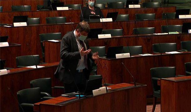 Kansanedustaja Arto Satosen (kok) silmälasit ovat juuri lähteneet päästä ja kansanedustaja yrittää saada niistä otteen käsillään.