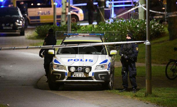 Malmön Rosengardissa räjähti esine poliisiaseman vieressä tammikuussa 2018. Kuvassa tapahtumapaikalla partioivia poliiseja. Useat ajoneuvot vaurioituivat räjähdyksessä, mutta loukkaantumisilta vältyttiin.