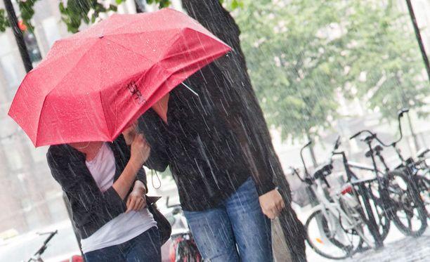 Sataa, sataa ropisee, mutta välillä vähän paistaakin, kertoo meteorologi.