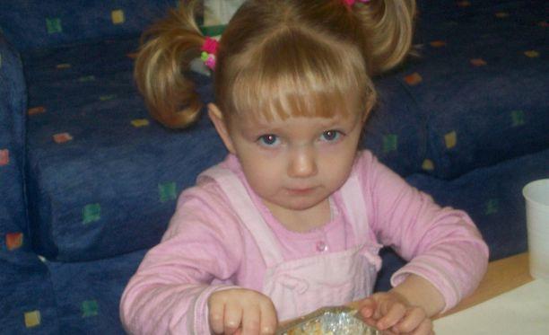 Tässä kuvassa Toni-tytär on kaksivuotias. Kuva on otettu ennen kuin hänet annettiin adoptioon.