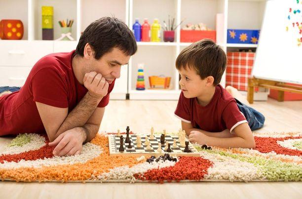Lapset ja nuoret viettävät vähemmän yhteistä aikaa isän kuin äidin kanssa.