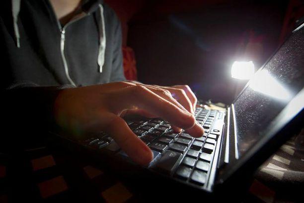 Kuka tahansa voi joutua kybervakoojien tai kybervarkaiden uhriksi.