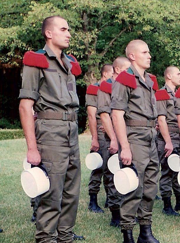 Jarkko Stenius (oik.) jätti Ranskan muukalaislegioonan koulutusjakson jälkeen, vaikka tarjolla olisi ollut pesti huippujoukoissa.