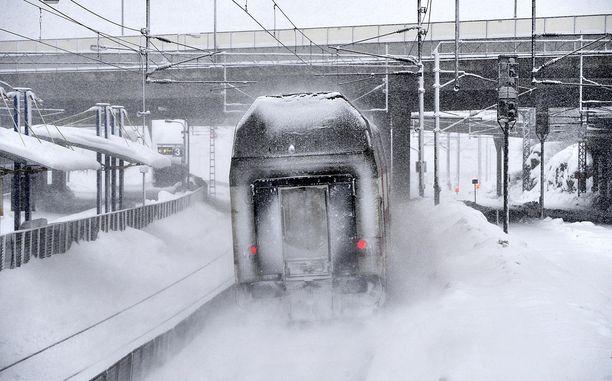 Ratainfra on koetuksella lumisateessa.