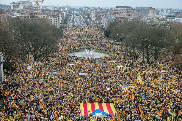 """Katalonialaiset vaativat Euroopan unionilta tukea itsenäisyyshankkeelleen. He vaativat myös, että Espanja vapauttaa """"poliittiset vangit"""", jotka eivät syrjäytetyn johtajan Carles Puigdemontin lailla paenneet Belgiaan."""