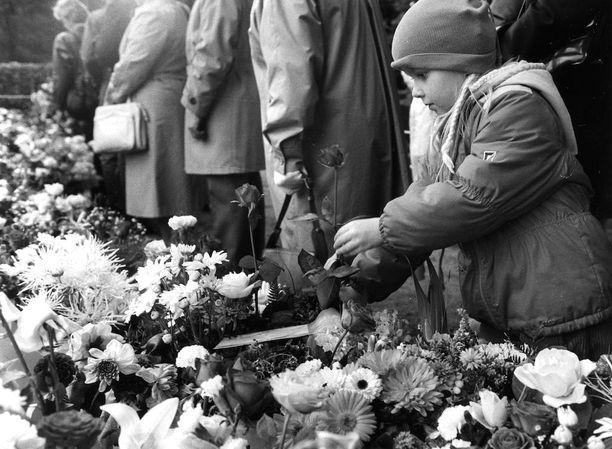 Kansalaiset saivat tuoda kukkia presidentin haudalle kello 16:n jälkeen.