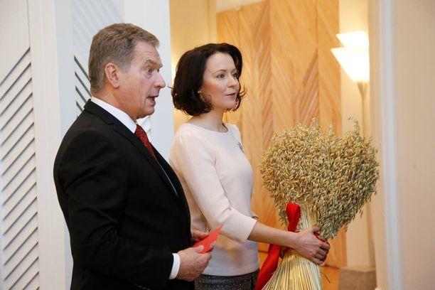 Sauli Niinistö kehotti suomalaisia suhtautumaan uuteen vuoteen luottavaisin mielin. Niinistö ja Haukio ottivat torstaina vastaan joulutervehdyksiä.