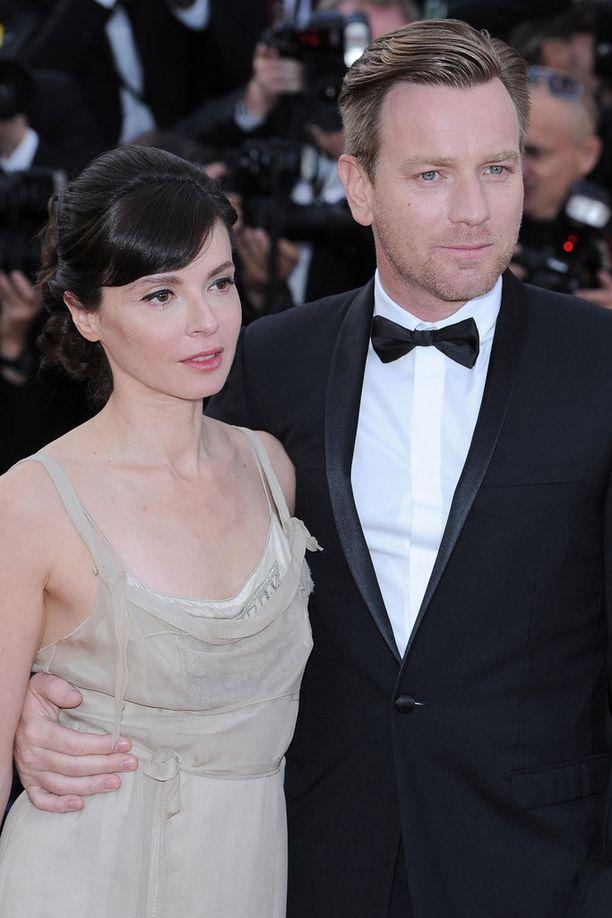 Kuvassa Ewan McGregor vaimonsa Eve Mavrakisin kanssa.