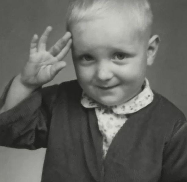 """Pekka """"Pave"""" Maijanen on syntynyt 3. syyskuuta vuonna 1950 Lappeenrannassa. Hän vietti lapsuutensa varuskunnassa."""