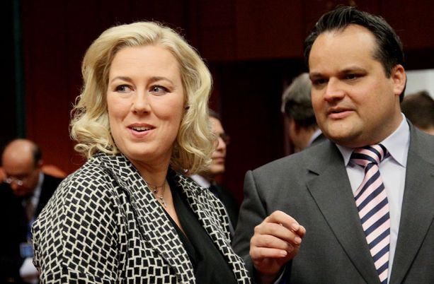 Valtiovarainministeri Jutta Urpilainen vitsaili Hollannin valtiovarainministerin Jan Keesin kanssa Brysselissä maanantaina.