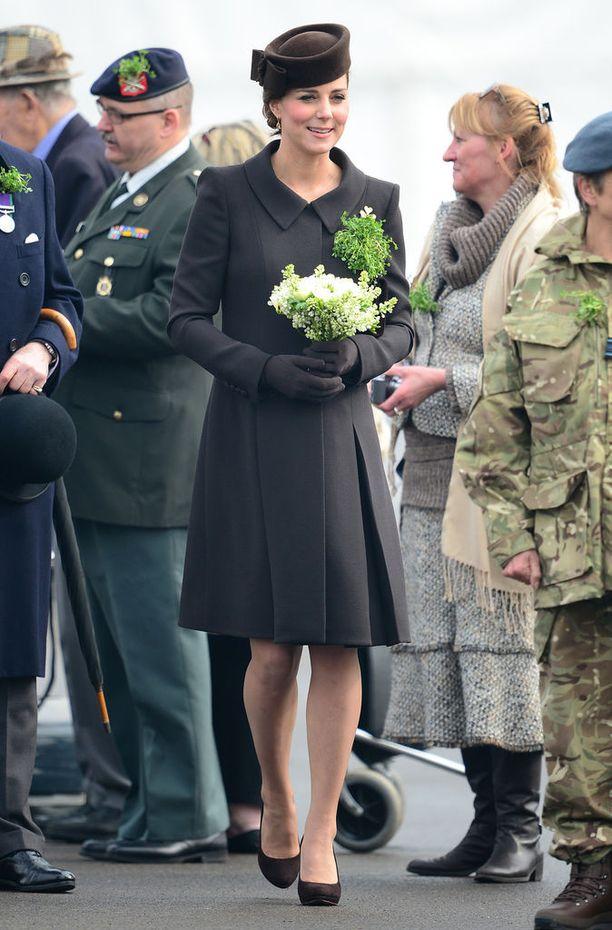 Herttuatar Catherine on kiistatta kuninkaallisen raskaustyylin uranuurtaja. Tässä herttuattaren taidonnäyte tyylikkään mustasta, ajattomasta ja jackiekennedymäisestä lookista.