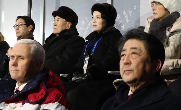 Varapresidentti Mike Pence (vasemmalla) seurasi olympialaisten avajaisia Japanin pääministerin Shinzo Aben (oikealla alhaalla) seurassa. Taustalla olivat Kim Jong-unin sisko Kim Yo-jong (toinen oikealta) sekä Pohjois-Korean nimellinen valtionpäämies Kim Youg-nam (toinen vasemmalta).