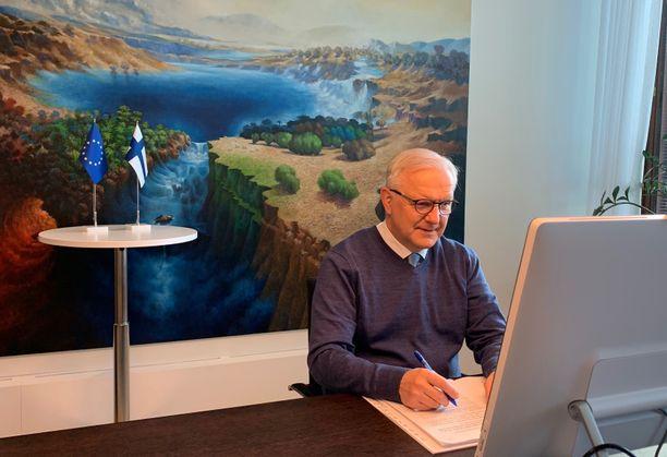 Suomen pankin pääjohtaja osallistuu tässä EKP:n etäkokoukseen. Taustalla näkyy Samuli Heimosen maalaus Muuttuva paratiisi.