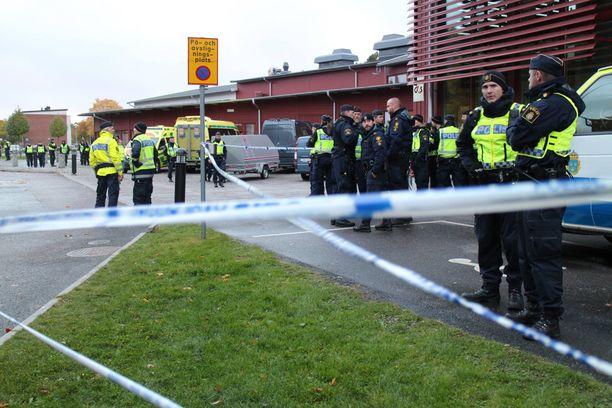 Torstai-iltapäivällä koulun edessä oli runsaasti poliiseja sekä sivullisia.